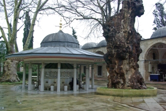 fountain in Atik Valide Mosque's garden, Şadırvan