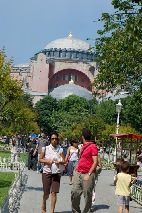 visitors from Hagia Sophia museum, Sultanahmet square, İstanbul, Ayasofya müzesi ziyaretcileri, Sultanahmet meydanı