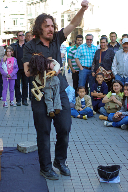 Beyoğlu, a show with puppets, İstiklal caddesi