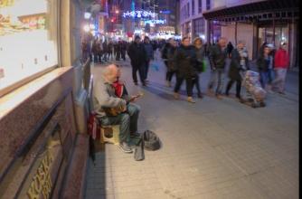 old musician at Beyoglu-Istanbul, pentax kx, photos by ozgur ozkok